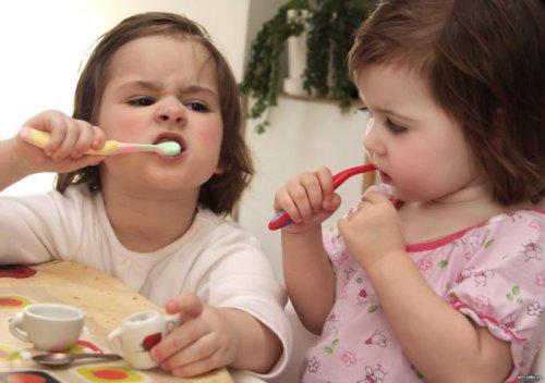 Как правильно ухаживать за зубами у маленьких деток?