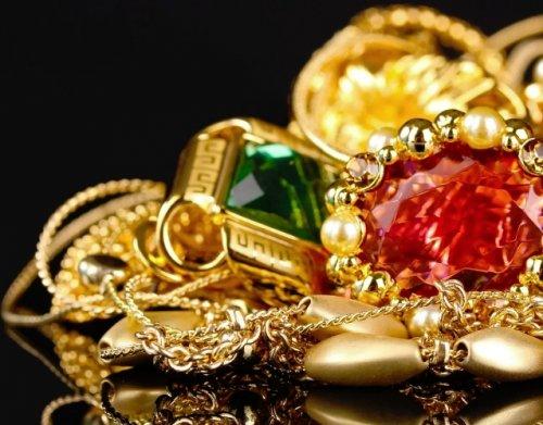 Золотые украшения с бриллиантами и драгоценными камнями