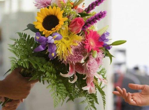 Свежие цветы - отличный подарок на любое торжество